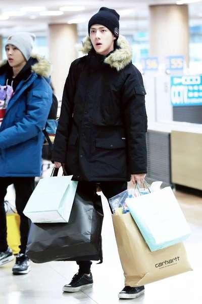 EXO-吴世勋,黑色连帽棉服大衣+黑色休闲运动裤+黑色低帮帆布鞋+黑色针织帽