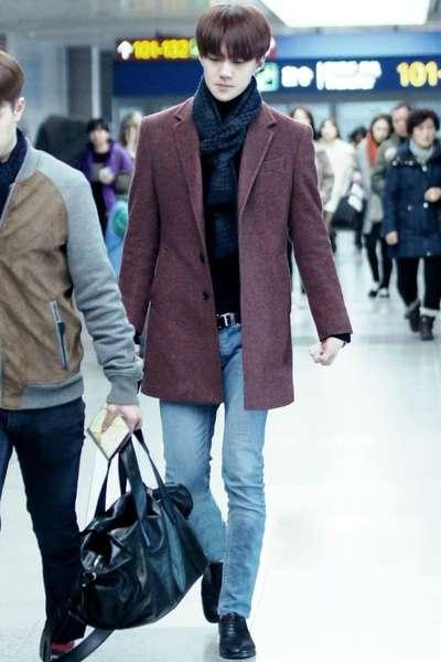 EXO-吴世勋,酒红色翻领毛呢外套+黑色高领套头毛衣+浅蓝色小脚牛仔裤+黑色系带皮鞋+藏蓝色格纹围巾