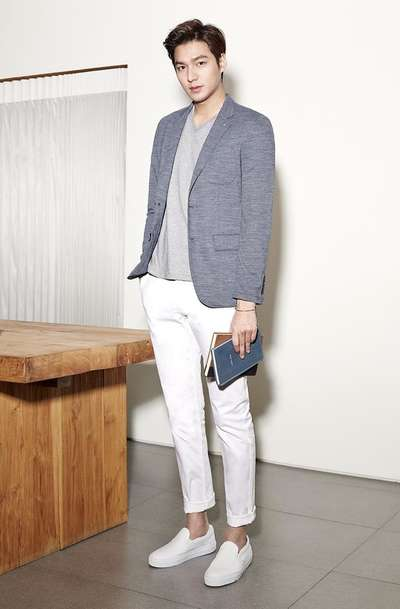 李敏镐,灰色西装外套+灰色V领T恤+白色休闲裤+白色乐福鞋