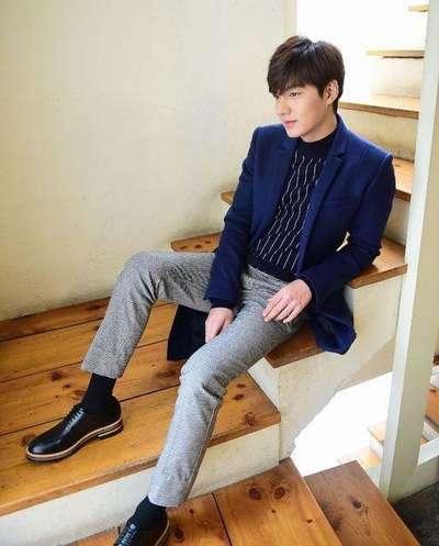 李敏镐,蓝色毛呢大衣+深蓝色竖条纹针织衫+千鸟格休闲裤+黑色休闲鞋