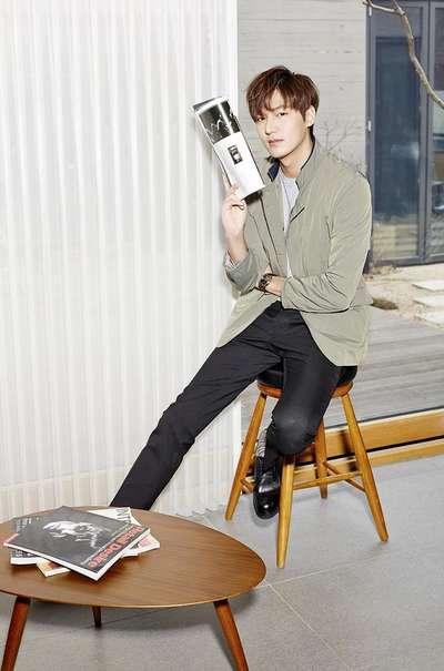 李敏镐,绿豆灰立领短款外套+灰色圆领套头T恤+黑色小脚牛仔裤+黑色系带皮鞋