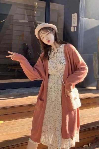 中长款毛衣外套+碎花连衣裙